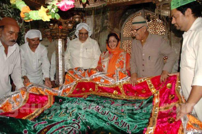 सरकारी दौरे पर पत्नी को साथ ले गये मुख्य सचिव, चादर भी चढ़ाई