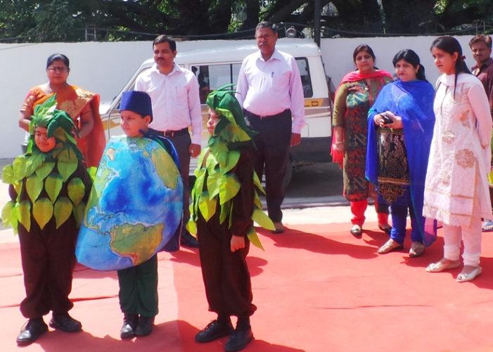 ब्लूमिंगडेल के बच्चों ने विश्व पृथ्वी दिवस पर किया पौधारोपण