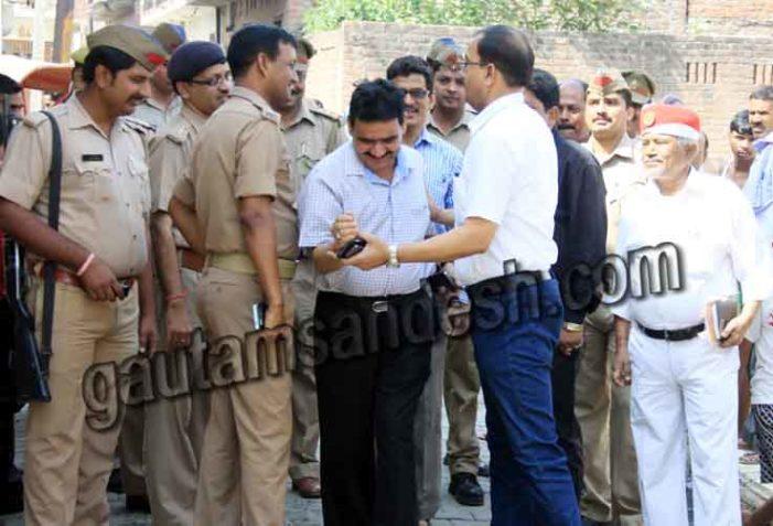 गौ हत्या की सूचना पर पहुंचे एडीएम और सिटी मजिस्ट्रेट भिड़े