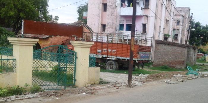 मैनपुरी की कंपनी ने सड़कें खोद कर बर्बाद किया बदायूं शहर