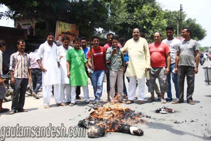 धर्मेन्द्र यादव को परदेसी कहने पर आबिद रजा का पुतला फूंका