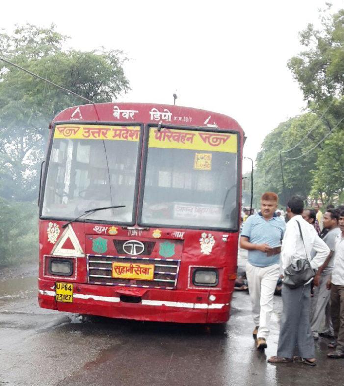 दुःखद: एटा में बस पर गिरा तार, भागने वाले यात्री बन गये लाश